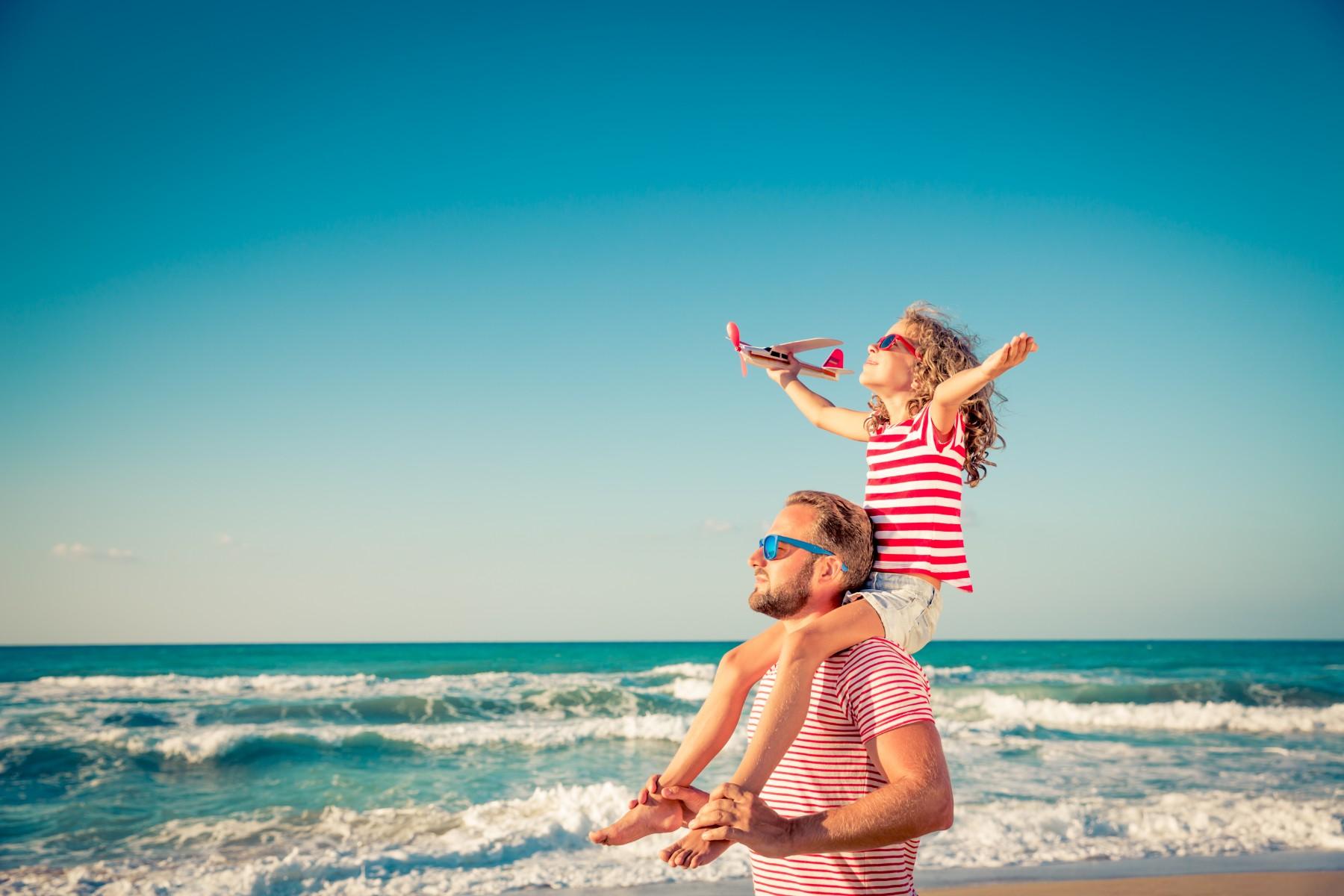 papá con hija en la playa