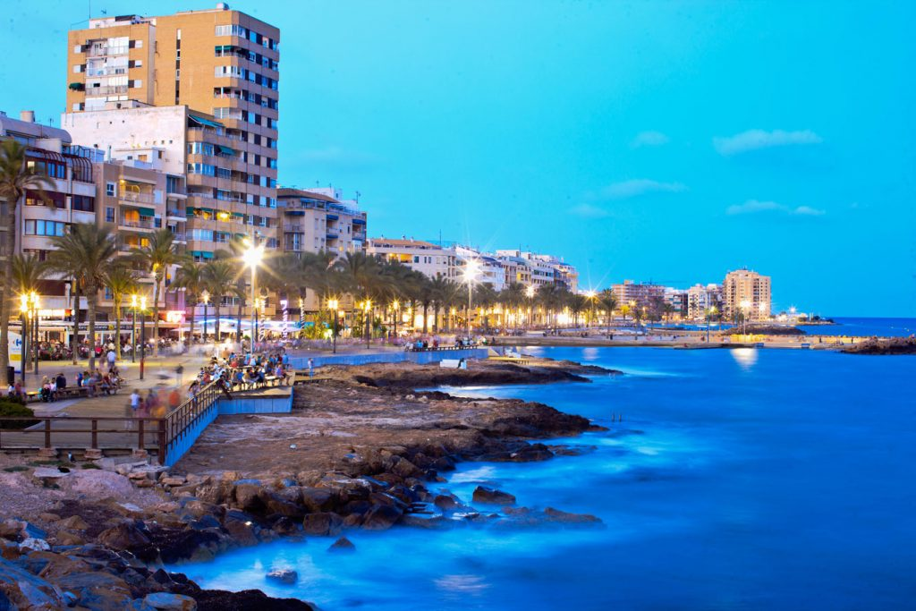 paseo torrevieja noche